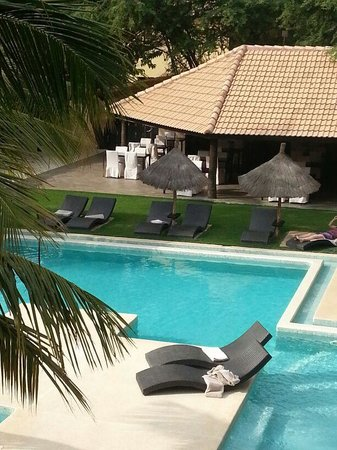 The Rhino Resort Hotel & Spa : piscina y comedor