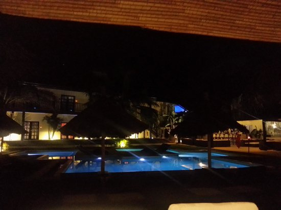 The Rhino Resort Hotel & Spa : vista nocturna de la piscina desde el hall