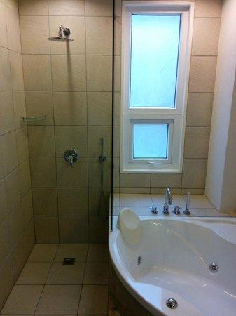 7Stones Boracay Suites: Bathroom