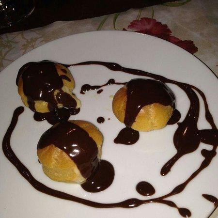 Taberna Salcedo : profiteroles con crema y chocolate