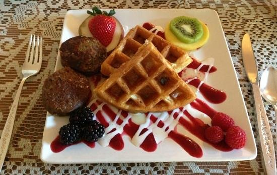 Azure Gate Bed and Breakfast : Waffles and home made sausage for breakfast!
