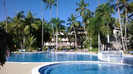Vista Sol Punta Cana: Vista del Hotel desde una de sus piscinas