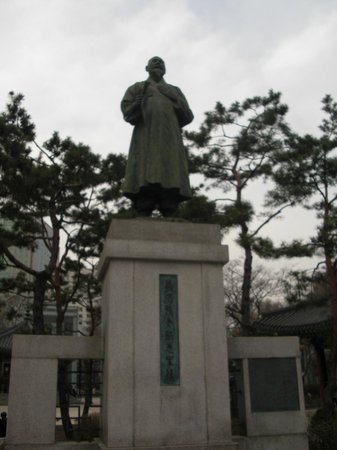 Tapgol Park: One of the statues in the park.