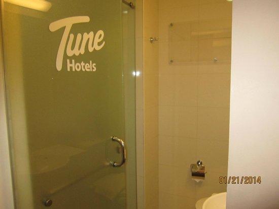 Red Planet Cebu: Entrance to the Bathroom.