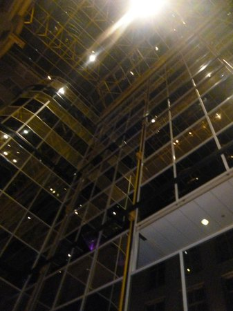 Radisson Blu Hotel, Amsterdam: View looking up in the hotel lobby