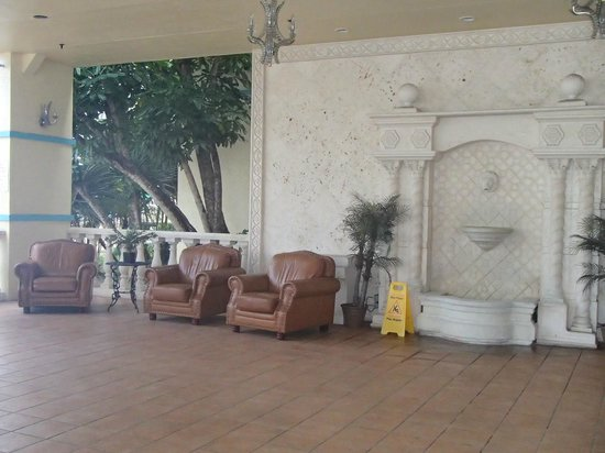 Econo Lodge Inn & Suites: outdoor lobby