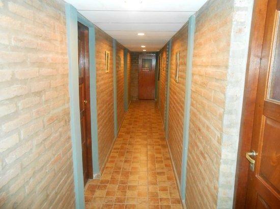 Hotel Altas Cumbres: Pasillo de habitaciones hacia el quincho (2 do. piso)