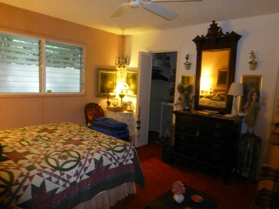 Ali'i Bluffs Windward Bed and Breakfast: Victorian room, showing walk in closet