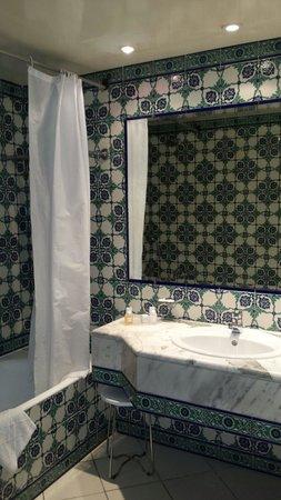 El Mouradi Palm Marina : Separate bathroom