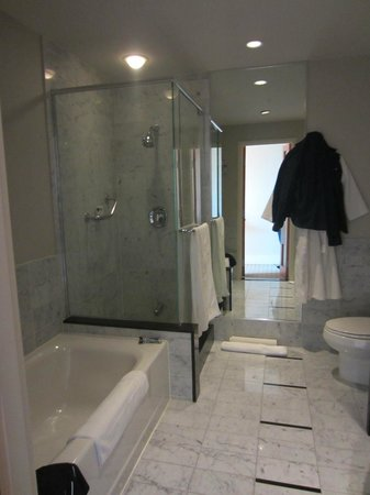 Sofitel Montreal Golden Mile: Large bathroom great amenities