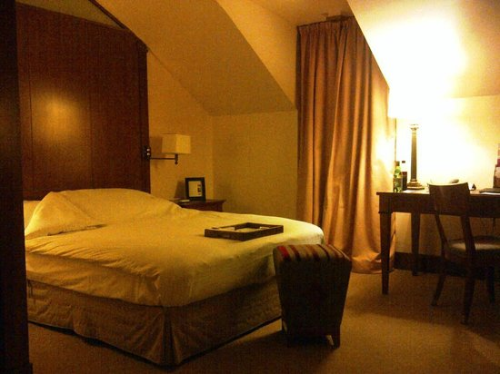 Beau-Rivage Hotel: ROOM # 406 - BED & DESK