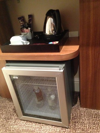 Mercure London Bloomsbury: Fridge in room