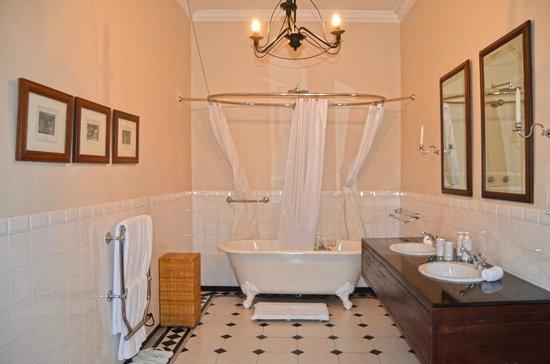 Ceylon Tea Trails: Huge Bathroom