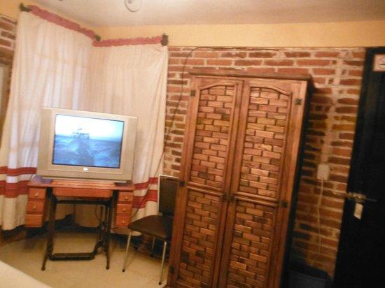 Hotel Posada La Escondida : TV con muchos canales y armario