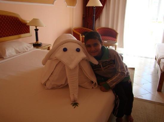 Desert Rose Resort : elephant at the bed
