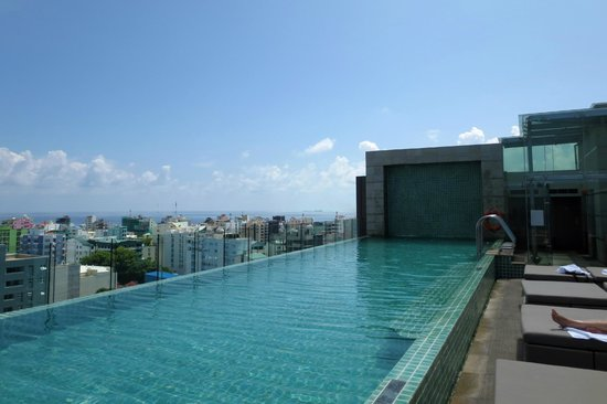 Hotel Jen Male: Rooftop pool at Traders