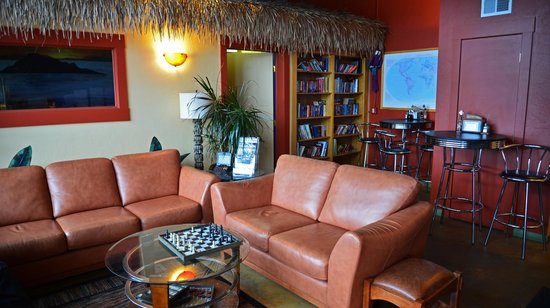 Java Lava Cafe: Tropical Room in the back... books, games, TV; nice little family room area!