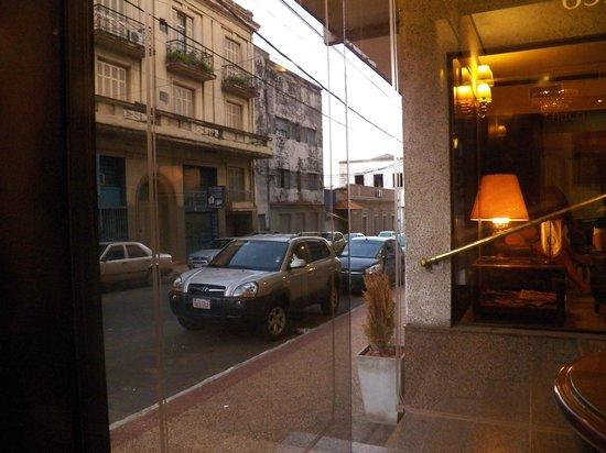 Hotel Chaco: Vista da rua, recepção do hotel.