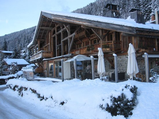 Hotel les Servages d'Armelle : Hotel from the slopes