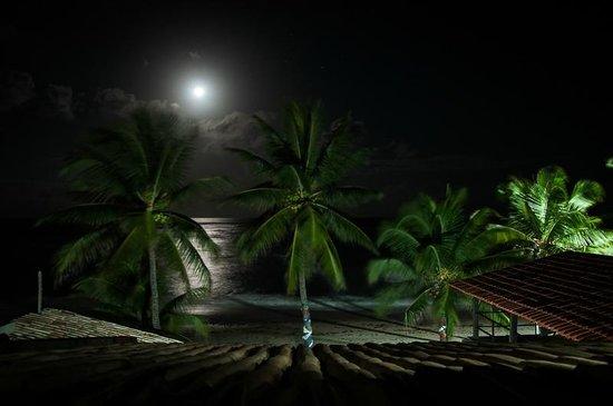 Pousada Riacho Doce : Vista da janela do quarto durante a noite.