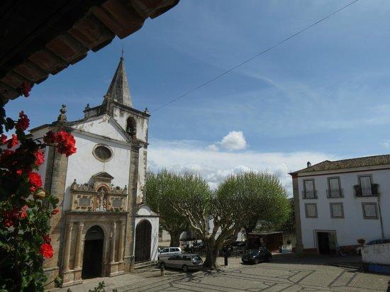 Santa Maria Church: Igreja emoldurada por varandas
