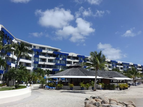 Royal Palm Beach Resort: View from west side of beach