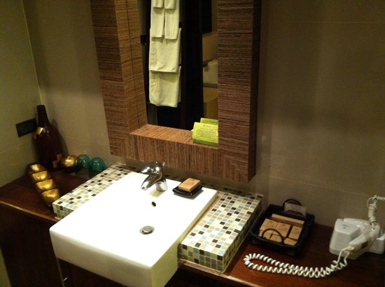 Kirikayan Luxury Pool Villas & Spa: Sink area outside toilet and bathroom