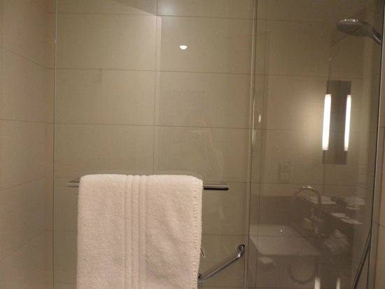 Berlin Marriott Hotel: Bathroom