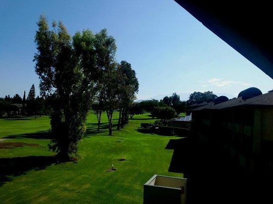 Paniolo Greens Resort: View toward Mauna Kea across golf course