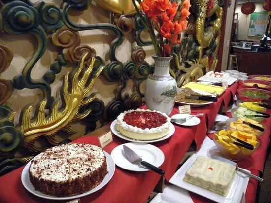 Dessert table picture of hee hing restaurant honolulu for Table 52 dessert