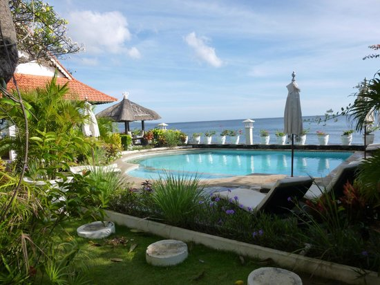 Kembali Beach Bungalows : piscine