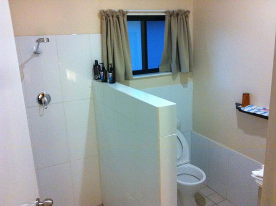 Aquana Beach Resort: The Bathroom - Not even shower curtains