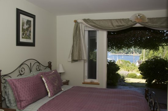 Enchanter Oceanview Suites: Patrick Room with harbour view