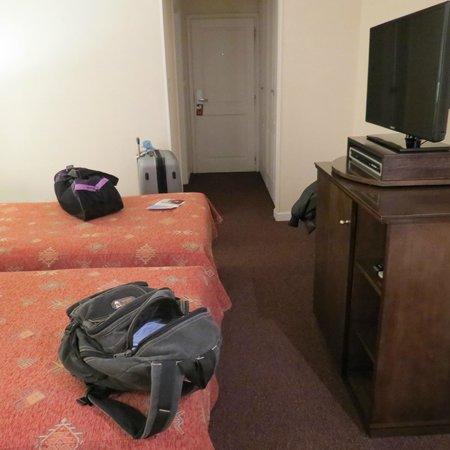 Calafate Parque Hotel: Habitacion con tele, frigobar y placard amplio!