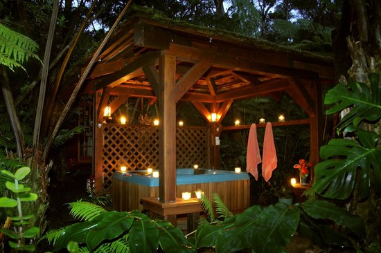 Volcano Rainforest Retreat: Outdoor Jacuzzi
