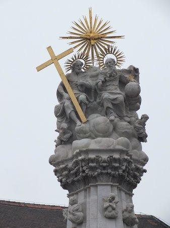 Holy Trinity Column: Троица наверху чумной колонны