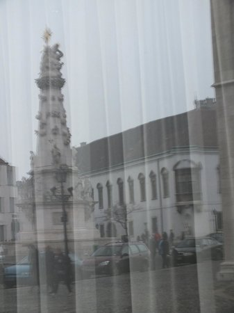 Holy Trinity Column: чумная колонна в отражении отеля НILTON