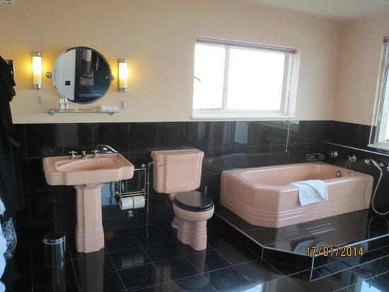 Burgh Island Hotel : Dual aspect Bathroom