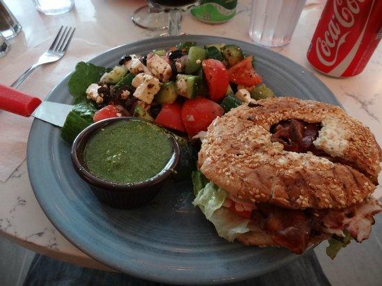 St-Viateur Bagel Shop: Bagel Club avec salade du jour et sauce pesto.