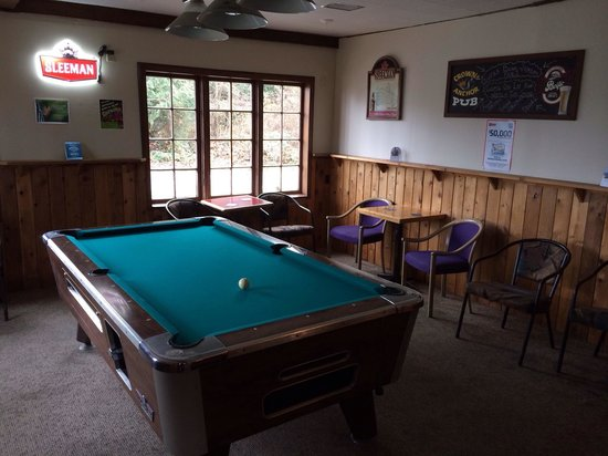 Crown & Anchor: Pool table