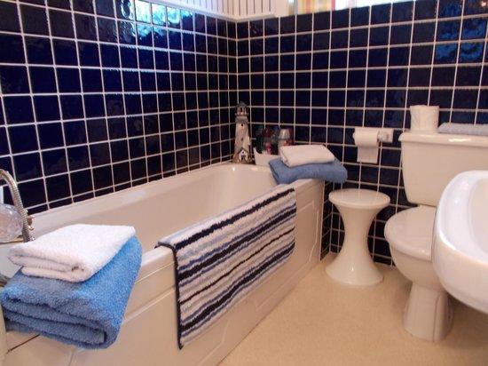 Beachside Bed & Breakfast: Twin Bathroom