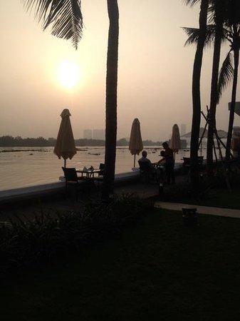 Villa Song Saigon : An evening drink beside the Saigon - Villa Song
