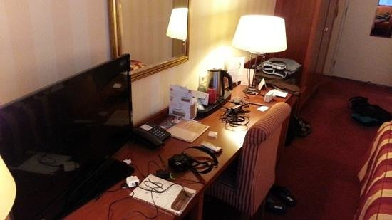 Golden Tulip Leiden Centre : TV and desk in my room