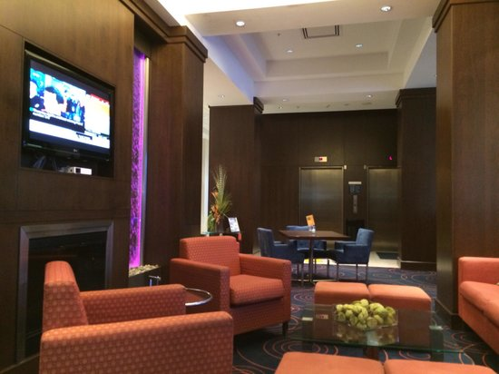 Holiday Inn Express Toronto - Markham: The Lounge