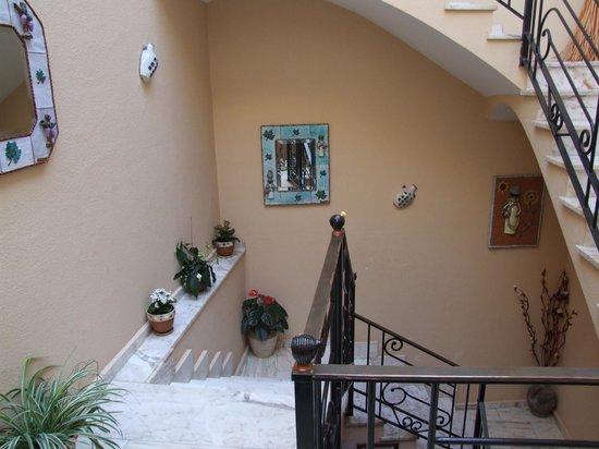 Hostal El Alfarero: Cada enfeite da escada é uma cabecinha de mulher
