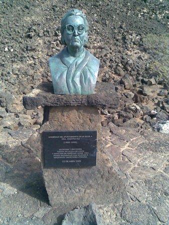 FuerteCharter: Statue opposite the stone seals