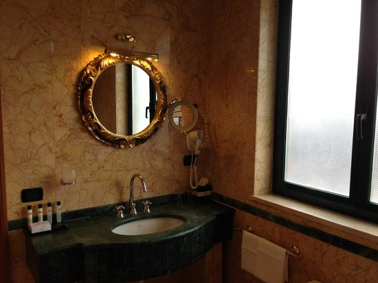 River Palace Hotel: The bathroom was very spacious, with towel warmers, bidet, and jaccuzzi tub