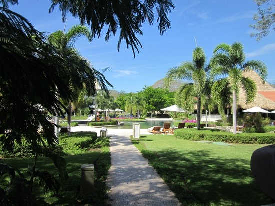 The Westin Golf Resort & Spa, Playa Conchal: Perfect landscaping. Approach to the Royal Beach Club pool