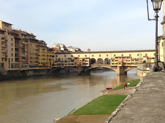 Plaza Lucchesi Hotel: The view of the Ponte Vecchio from our hotel.