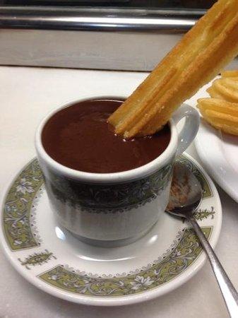 Barrio Santa Cruz : Parada para tomar um chocolate quente e comer churros